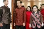 Ketua Umum PDI Perjuangan Megawati Soekarnoputri (kanan) didampingi calon presiden terpilih Joko Widodo (kiri), dan Ketua DPP PDI Perjuangan Puan Maharani (tengah) berjalan keluar dari gedung seusai melakukan acara tertutup di Jakarta, Minggu (7/9/2014). Pertemuan tersebut merupakan acara peringatan hari ulang tahun Ketua Fraksi Partai Demokrasi Indonesia Perjuangan (PDIP) DPR Puan Maharani dan sekaligus silaturahmi Fraksi PDI Perjuangan DPR. (JIBI/Solopos/Antara/Hardian Wicaksono)