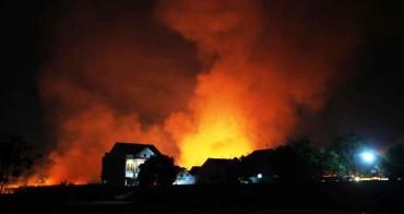 Api terlihat membakar tanaman tebu siap panen di dekat perumahan di Gedongan, Colomadu, Karanganyar, Jawa Tengah, Selasa (23/9/2014) malam. Sejumlah mobil pemadam kebakaran diturunkan untuk mengatisipasi api merembet ke perumahan warga. Menurut warga ladang tebu tersebut diduga sengaja dibakar. (Burhan Aris Nugraha/JIBI/Solopos)