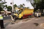 Truk derek mengevakuasi truk berpelat nomor K 1899 BF yang menabrak tiang listrik di Jl. Adisucipto, Solo, Jawa Tengah, Selasa (9/9/2014). Truk bermuatan pasir tersebut menabrak tiang listrik pada sekitar pukul 03.00 WIB diduga karena sopir mengantuk. (Septian Ade Mahendra/JIBI/Solopos)
