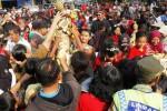 Warga memperebutkan gunungan di depan Kantor Pemerintah Kelurahan Mangkubumen, Banjarsari, Solo, Jawa Tengah dalam Kirab Budaya Mangkubumen, Minggu (21/9/2014). Gelar budaya untuk menampilkan potensi warga Mangkubumen tersebut didahului dengan kirab 13 gunungan. (Ardiansyah Indra Kumala/JIBI/Solopos)