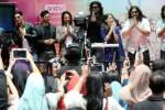 Para aktor India pemeran film serial televisi Mahabharata, Lavanya Bhardwaj (kiri), Aham Sharma (kedua dari kiri), Vin Rana (ketiga dari kiri), Rohit Bhardwaj (kempat dari kiri), Saurav Gurjar (kelima dari kiri), presenter Yuanita Christiani, Arpit Ranka dan Shaheer Sheikh memberikan salam mereka kepada penggemar di lobi studio stasiun televisi Antv, Epicentrum, Jakarta, Senin (30/9/2014). Aksi mereka itu dilakukan sebagai bagian dari acara Seputar Obrolan Selebriti yang disiarkan secara langsung. (JIBI/Solopos/Antara/Teresia May)