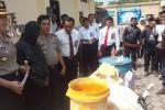 Polisi menunjukkan barang bukti pembuatan mi basah berformalin di Mapolres Karanganyar, Senin (1/9/2014). Dalam kasus tersebut, polisi menetapkan seorang tersangka, yakni pemilik industri rumahan, Giyatno, 50, warga Kalikebo RT 004/RW 008, Plesungan, Gondangrejo, Karanganyar. (Ponco Suseno/JIBI/Solopos)