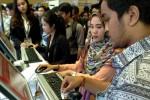 Petugas membantu pencari kerja mengisi formulir online pada Mega Career Expo di Istora Senayan, Jakarta, Selasa (23/9/2014). Bursa kerja yang diikuti lebih dari 100 perusahaan nasional dan multinasional ini, menyediakan ribuan lowongan pekerjaan dari tingkat pemula hingga level manajerial, dan akan berlangsung selama dua hari, hingga Rabu (24/9/2014) ini. (Rachman/JIBI/Bisnis)