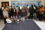 Aiptu Harun memperlihatkan barang bukti beserta tersangka kasus minuman keras saat gelar perkara di Mapolsek Jebres, Solo, Kamis (4/9/2014). Dalam operasi yang digelar, Rabu (3/9/2014) malam, jajaran Polsek Jebres menangkap 24 orang yang kedapatan minum minuman keras hingga mabuk di Nuansa Karaoke dan Pucangsawit Solo. (Septian Ade Mahendra/JIBI/Solopos)