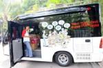 Warga sedang melihat dari dekat kelengkapan mobil klinik Ombusdman yang diparkir di halaman Balai Kota Solo saat disosialisasikan, Selasa (2/9/2014). Dengan adanya mobil klinik tersebut diharapakan layanan ombusdman bisa optimal hingga ke masyarakat. (Sunaryo Haryo Bayu/JIBI/Solopos)