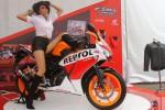 Seorang model berpose menunggangi sepeda motor All New Honda CBR150R di Jakarta, Minggu (7/9/2014). All New Honda CBR150R mengusung mesin ber-DNA motor balap 4-stroke 150cc, DOHC, 4-valve, 6-speed, berpendingin cairan (liquid-cooled) yang membuat sepeda motor terbaru ini memiliki performa tinggi hingga mencapai tenaga 12,6 kW/10.500 rpm dan torsi 13,0Nm/7.500 rpm. (Nurul Hidayat/JIBI/Bisnis)