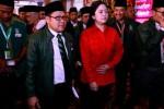 Ketua Umum Partai Kebangkitan Bangsa (PKB) Muhaimin Iskandar (kedua dari kiri) berjalan bersama Ketua DPP Partai Demokrasi Indonesia Perjuangan (PDIP) Puan Maharani (kedua dari kanan) saat pembukaan Muktamar Partai Kebangkitan Bangsa (PKB) 2014 di Surabaya, Jawa Timur, Minggu (31/8/2014). Selain akan membahas Anggaran Dasar (AD) dan Anggaran Rumah Tangga (ART), program lima tahun ke depan, Muktamar PKB 2014 juga akan memilih ketua umum periode 2014-2019. (JIBI/Solopos/Antara/Suryanto)