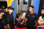 Pedagang asongan diadang anggota Polisi Khusus Kereta Api (Polsuska) saat terjadi penertiban di Stasiun Solo Jebres, Solo, Jawa Tengah, Rabu (17/9/2014) pagi. Pedagang mengaku kecewa karena tidak bisa masuk gerbong untuk berjualan saat kereta api berhenti ketika penertiban yang dilakukan oleh satuan Polsuska dan beberapa anggota TNI. (Septian Ade Mahendra/JIBI/Solopos)