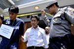 Mustofa (kedua dari kiri), tersangka kasus pembunuhan mahasiswi Universitas Diponegoro Semarang Ina Winarni, menjalani reka ulang kasus tersebut di lokasi kejadian di Perumahan Graha Estetika, Kota Semarang, Jawa Tengah, Senin (29/9/2014). Polisi meminta tersangka memeragakan 17 adegan dalam reka ulang kasus pembunuhan yang terjadi pada 9 September 2014 lalu itu. Mustofa dijerat polisi dengan Pasal 340 KUHP tentang Pembunuhan Berencana dengan ancaman hukuman maksimal pidana mati. (JIBI/Solopos/Antara/R. Rekotomo)