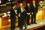 Wakil Ketua Dewan Perwakilan Rakyat (DPR) Priyo Budi Santoso (tengah) memberikan ucapan selamat kepada anggota Badan Pemeriksa Keuangan (BPK) terpilih , Achsanul Qosasi (dari kiri ke kanan), dengan disaksikan Harry Azhar Azis, Rizal Jalil, dan Moermahadi Soerja Djanegara saat Sidang Paripurna DPR dengan agenda Pengesahan Anggota BPK di Gedung DPR, Senayan, Jakarta, Selasa (23/9/2014). Rapat tersebut mengambil keputusan menetapkan empat anggota BPK terpilih untuk dilantik menjadi anggota BPK. Sedangkan khusus untuk Eddy Mulyadi Soepardi akan menunggu fatwa Mahkamah Agung terlebih dulu. (Dedi Gunawan/JIBI/Bisnis)