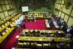 Petugas mencatat hasil perolehan suara saat dilakukan pemungutan suara pemilihan anggota Badan Pemeriksa Keuangan (BPK) periode 2014-2019 di Ruang Komisi XI DPR, Kompleks Parlemen, Senayan, Jakarta, Senin (15/9/2014). Komisi XI DPR memilih lima anggota BPK hasil uji kelayakan dan kepatutan, yaitu Moermahadi Soerja Djanegara (32 suara), Harry Azhar Aziz (31 suara), Eddy Mulyadi Soepardi (31 suara), Rizal Djalil (30 suara), dan Achsanul Qosasih (30 suara). (JIBI/Solopos/Antara/Ismar Patrizki)