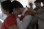Tersangka kasus dugaan pelecehan seksual, WBS, menutup wajah setelah menghadiri persidangan di Pengadilan Negeri (PN) Solo, Kamis (11/9/2014). WBS yang merupakan kepala sekolah di salah satu taman kanak-kanak (TK) di Jebres, Solo, Jawa Tengah itu diduga melakukan tindakan tidak senonoh terhadap calon guru berinisial MM, 18. (Septian Ade Mahendra/JIBI/Solopos)