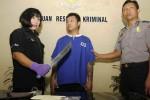 Aiptu Sigit Purwoko dan Aiptu Yulianti, dua anggota Polsek Laweyan, Solo, Jawa Tengah, Selasa (30/9/2014), mengawal Agung Prasetyo, seorang tersangka pencuri, saat dipertemukan dengan wartawan. Kedua polisi itu sekaligus mempertunjukkan senjata tajam yang digunakan Agung Prasetyo dalam aksi kejahatannya. (Septian Ade Mahendra/JIBI/Solopos)