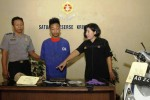 Aiptu Sigit Purwoko dan Aiptu Yulianti, aparat Polsek Laweyan, Solo, Jawa Tengah, Senin (29/9/2014), mempertemukan Wahid Nurfauzan dengan wartawan. Wahid Nurfauzan disangka polisi melakukan penjambretan tas yang berisi dompet dengan uang tunai Rp72.000 di Jl. Transito, Laweyan, Solo, Jawa Tengah, Minggu (21/9/2014). Dalam gelar perkara itu, polisi menunjukkan pula barang-barang bukti kasus penjambretan di hadapan wartawan. (Septian Ade Mahendra/JIBI/Solopos)