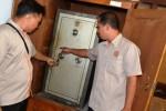 Karyawan menunjukkan brankas yang gagal dibongkar perampok di Kantor Perhutani Balapulang, Kabupaten Tegal, Jawa Tengah, Senin (1/9/2014). Perampokan Kantor Perhutani yang diduga dilakukan lebih dari dua orang tersebut berhasil menggasak tiga laptop dan uang Rp30 juta dengan membongkar tiga brankas dan menyisir delapan ruangan. Tindak kejahatan itu hingga kini masih dalam penyelidikan jajaran Polres Tegal. (JIBI/Solopos/Antara/Oky Lukmansyah)
