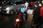 Anggota Pasoepati menggalang dana di simpang empat Sriwedari, Solo, Jawa Tengah, Kamis (18/9/2014) malam. Aksi tersebut dimaksudkan sebagai wujud solidaritas mereka terhadap para korban rusuh antarsuporter Persis Solo vs PSGC Ciamis di Stadion Galuh, Selasa (16/9/2014) lalu. (Ardiansyah Indra Kumala/JIBI/Solopos)