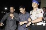 Aparat Divisi Profesi dan Pengamanan Kepolisian Negara Republik Indonesia (Propam Polri) menggiring anggota Polda Kalimantan Barat AKBP Idha Endri Prastiono (tengah) menuju ruang tahanan Bareskrim, Mabes Polri, Jakarta Selatan, Selasa (9/9/2014). Dua anggota polisi Polda Kalimantan Barat yang ditangkap oleh kepolisian Malaysia karena diduga sebagai sindikat narkotika internasional yang ditangkap di Kuching, Malaysia itu dikembalikan setelah pemeriksaan oleh Polisi Diraja Malaysia (PDRM) tidak berhasil membuktikan keterkaitan mereka dengan jaringan narkoba tersebut. (JIBI/Solopos/Antara/Muhammad Adimaja)