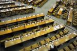 Rapat Paripurna DPR di kompleks Parlemen, Senayan, Jakarta, Selasa (23/9/2014), menyisakan banyak kursi kosong. Menjelang akhir masa jabatan, sebanyak 272 anggota DPR tidak hadir meski rapat paripurna mengagendakan pengambilan keputusan tentang calon anggota BPK, calon hakim agung dan pengesahan RUU Perasuransian. Sebagian besar legislator yang tak lagi terpilih dalam Pemilu 2014, kini tampak enggan menghadiri aktivitas lembaga legislatif itu. (JIBI/Solopos/Antara/Puspa Perwitasari)