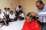 Nurrokhim, siswa Kelas XII SMK Negeri 5 Solo, Senin (29/9/2014), dipotong rambutnya saat kegiatan bercukur bersama di sekolahnya. Kegiatan bercukur rambut bersama itu dilakukan secara rutin oleh tiap-tiap kelas di SMK Negeri 5 Solo demi menjaga kerapian dan ketertiban siswa setempat. (Septian Ade Mahendra/JIBI/Solopos)