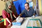 Sukijo, analis kesehatan Puskesmas Pundong menganalisis urine siswi SMK 1 Pundong saat dilakukan tes kehamilan terhadap siswi-siswi di sekolah di Pundong, Bantul, Daerah Istimewa Yogyakarta, Kamis (11/9/2014). (Desi Suryanto/JIBI/Harian Jogja)