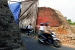 Pengendara sepeda motor, Selasa (2/9/2014), melintasi Tugu Bata, Klodran, Colomadu, Karanganyar, Jawa Tengah yang sedang dalam proses pembongkaran. Pembongkaran sisi timur tugu penanda wilayah tersebut terkait dengan pelebaran jalan. (Ardiansyah Indra Kumala/JIBI/Solopos)