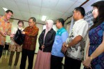 Ketua Pengurus Yayasan Dharma Bhakti Astra (YDBA) F.X. Sri Martono (ketiga dari kiri) didampingi Sekretaris Pengurus YDBA Henry C. Widjaja (kiri), dan Training Manager The Overseas Human Resources and Industry Development Association (HIDA) Jakarta Office Dea Intan (kedua dari kiri) memakaikan jaket kepada peserta pelatihan ke Jepang sebagai simbolisasi pelepasan keberangkatan di YDBA, Jakarta, Jumat (19/9/2014). YDBA memberangkatkan 72 pengusaha usaha mikro, kecil, dan menengah (UMKM) ke Jepang untuk mengikuti training The Program on Corporate Management for Indonesia (IDCM). (Rachman/JIBI/Bisnis)