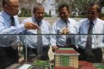 Rektor Universitas Sebelas Maret (UNS) Solo Prof. Dr. Ravik Karsidi, M.S. (kanan) menunjukkan maket gedung perpustakaan baru kepada (dari kanan ke kiri) pejabat pembuat komitmen Ahmad Farhan, Dekan Fakultas MIPA UNS Prof. Ir. Ari Handono Ramelan, M.Sc.,Ph.D., dan Dekan Fakultas Ekonomi UNS Dr. Wisnu Untoro, MS, saat peletakan batu pertama gedung perpustakaan baru di Kampus UNS Kentingan, Solo, Selasa (2/9/2014). Rencananya, pembangunan gedung perpustakaan baru berlantai delapan tersebut akan menempati lahan seluas 6.975 meter persegi. (Septian Ade Mahendra/JIBI/Solopos)