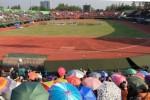 Ribuan penonton rela berpanas-panasan di tribun terbuka Stadion Manahan, Solo, Jawa Tengah demi menyaksikan atraksi terjun payung masasl dalam acara pembukaan The 38th CISM World Military Parachutting Championship 2014, Jumat (19/9/2014). Lomba terjun payung militer se-dunia tersebut diikuti kontingen dari 46 negara. (Sunaryo Haryo Bayu/JIBI/Solopos)