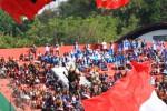 Sersan Satu Grup 2 Kopassus Suhari dengan mengenakan kostum Gatotkaca yang membawa bendera merah putih saat terjun payung dalam pembukaan The 38th CISM World Military Parachutting Championship 2014 di Stadion Manahan, Solo, Jawa Tengah, Jumat (19/9/2014). Lomba terjun payung militer se-dunia tersebut diikuti kontingen dari 46 negara. (Sunaryo Haryo Bayu/JIBI/Solopos)