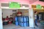 Pemilik pangkalan elpiji ukuran 12 kg, Irawan menunggu konsumen di kios miliknya di kawasan Kelurahan Wonokarto, Kecamatan Wonogiri, Kamis (11/9/2014). (Bony EW/JIBI/Solopos)