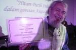 Penulis lagu Harry Sabar menunjukkan piagam penghargaan untuk penulisan lagu di sela-sela acara penganugerahan piagam penghargaan dari Kepala Perpustakaan Nasional Republik Indonesia kepadanya di Auditorium Perpustakaan Nasional, di Jakarta, Senin (15/9/2014). Piagam penghargaan itu diberikan karena Harry Sabar telah memberikan partitur karya musiknya untuk dikoleksi Perpustakaan Nasional. Upacara penganugerahan piagam penghargaan itu dilakukan dalam sebuah upacara dalam rangka Hari Kunjung Perpustakaan dan Bulan Gemar Membaca Tahun 2014. (JIBI/Solopos/Antara/Dodo Karundeng)