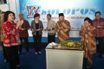 Presiden Komisaris PT Aksara Solopos, Prof. Dr. H. Sukamdani Sahid Gitosardjono (ketiga dari kanan) didampingi isrinya K. R.Ay. Hj. Juliah Sukamdani (kedua dari kanan) seusai memotong tumpeng Tasyakuran HUT ke-17 Solopos di Griya Solopos, Solo, Jumat (19/9/2014). Acara HUT tersebut diisi dengan pemotongan tumpeng dan pemberian cincin kepada sembilan karyawan yang mengabdi selama 10 tahun. (Ardiansyah Indra Kumala/JIBI/Solopos)