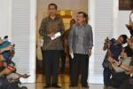 Calon presiden terpilih dalam Pilpres 2014 Joko Widodo (kiri) bersama calon wakil presiden terpilih Jusuf Kalla (kanan) berjalan menuju teras untuk memberikan keterangan pers tentang postur kabinet mereka kelak di Kantor Transisi Jokowi-JK di Jl. Situbondo No. 10, Menteng, Jakarta Pusat, Senin (15/9/2014). Joko Widodo dan Jusuf Kalla memastikan postur kabinetnya akan berjumlah 34 kementerian yang akan diisi oleh 18 orang menteri dari kalangan profesional dan 16 orang dari profesional perwakilan partai politik. (JIBI/Solopos/Antara/Widodo S. Jusuf)