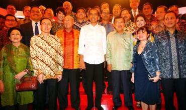 Calon presiden dan calon wakil presiden terpilih dalam Pilpres 2014 Joko Widodo (tengah) dan M. Jusuf Kalla (ketiga kanan), berfoto bersama dengan pengurus Apindo yang dipandegani Ketua Umum Apindo Sofjan Wanandi (ketiga kiri), serta sejumlah pengusaha pada acara peluncuran buku Roadmap Perekonomian Apindo di Jakarta, Kamis (18/9/2014). (Dwi Prasetya/JIBI/Bisnis)