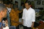 Presiden terpilih Joko Widodo menyempatkan diri untuk membuat pakaian di penjahit langanannya Suparto Arjuno di kampung Cinderojo Rt001 Rw005, Gilingan, Banjarsari, Solo saat pulang kampung, Sabtu (13/9/2014). Jokowi memesan 5 potong baju outih dengan harga Rp125.000,- per potong dan 5 potong celana hitam dengan harga Rp150.000 per potong (Sunaryo HB/JIBI/Solopos)