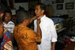 , Presiden terpilih Joko Widodo menyempatkan diri untuk membuat pakaian di penjahit langanannya Suparto Arjuno di kampung Cinderojo RT 001/RW005, Gilingan, Banjarsari, Solo. (Sunaryo HB/JIBI/Solopos)