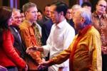 Calon presiden terpilih dalam Pilpres 2014 Joko Widodo (kedua kanan), dengan didampingi Ketua Umum Apindo Sofjan Wanandi, menyapa sejumlah pengusaha saat menghadiri Peluncuran Buku Roadmap Perekonomian Apindo di Jakarta, Kamis (18/9/2014). (Dwi Prasetya/JIBI/Bisnis)