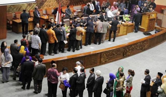 Para anggota DPR antre untuk menyalami pimpinan lembaga legislatif itu seusai mengikuti sidang paripurna di Gedung Parlemen, Senayan, Jakarta, Selasa (30/9/2014). Sidang paripurna tersebut merupakan sidang terakhir bagi anggota DPR periode 2009-2014. Mereka selanjutnya digantikan oleh para anggota DPR terpilih yang akan dilantik, Rabu (1/10/2014). (Abdullah Azzam/JIBI/Bisnis)