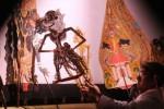 Ki Manteb Soedharsono tampil membawakan lakon Bedah Lokapala di Sitinggil Keraton Kasunanan Surakarta Hadiningrat, Senin (13/1/2014) malam. Dalang yang terkenal dengan sabetannya ini menjadi salah satu penampil dalam pergelaran wayang kulit yang digelar selama sepekan pada perayaan Sekaten 2014. (Mahardini Nur Afifah/JIBI/Solopos)