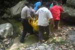 Petugas Polsek Cepogo dan sejumlah warga mengevakuasi mayat laki-laki yang ditemukan di dasar Kali Grawah, Desa Sukabumi, Kecamatan Cepogo, Kabupaten Boyolali, Sabtu (20/9/2014). (Septhia Ryanthie/JIBI/Solopos)