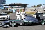 Duo pembalap F1 Mercedes berpose di lintasan balap. Ist/telegraph.co.uk