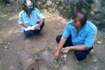 Petugas Distribusi atau Pengaliran Air PDAM Kecamatan Ampel menutup sementara saluran air di salah satu rumah warga Desa Banyuanyar, Kecamatan Ampel, Kabupaten Boyolali, yang kehilangan meteran air, Selasa (2/9/2014). (Septhia Rhyanthie/JIBI/Solopos)