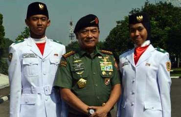 Niken Ayu Prabandari (kanan), pelajar SMAN 1 Solo yang menjadi salah satu personel Paskibra di Istana Merdeka saat upacara peringatan HUT Proklamasi Kemerdekaan 7 Agustus laluberfoto bersama Panglima TNI Jenderal TNI Moeldoko. (istimewa)