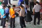 Anggota tim gabungan meneliti daging yang diduga dioplos dan dijual di Pasar Pracimantoro yang diamankan di Mapolres Wonogiri, Rabu (17/9/2014). (Trianto HS/JIBI/Solopos)