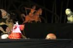 Penampilan wayang kolaborasi dari delegasi Indonesia, Singapura, dan Kamboja digelar saat hari terakhir pelaksanaan ASEAN-China Collaboration on Traditional Performing Arts of Puppet Performance, di Taman Budaya Surakarta (TBS), Solo, Jawa Tengah, Rabu (17/9/2014) malam. Pertunjukan yang berlangsung selama tiga hari tersebut diharapkan bisa mendeteksi dan memecahkan secara bersama-sama permasalahan wayang di negara-negara ASEAN. (Septian Ade Mahendra/JIBI/Solopos)
