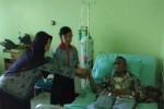 Anggota Palang Merah Remaja (PMR)dan guru SMPN 4 Purwantoro membagikan bunga kepada pasien di RS Amal Sehat, Slogohimo, Jumat (19/9/2014). (Bony Eko Wicaksono/JIBI/Solopos)