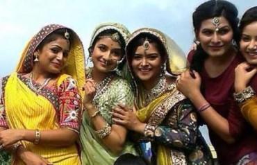 Paridhi Sharma bersama pemain wanita lain di Jodha Akbar (Pinkvilla.com)