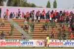Anggota Pasoepati terlibat bentrok dengan suporter PSGC Galuh di Stadion Galuh, Ciamis, Selasa (16/9/2014). (Imam Yuda Saputra/JIBI/Solopos)