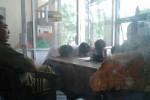 Sejumlah pelajar tertunduk malu saat diperiksa di Kantor Satuan Polisi Pamong Praja (Satpol PP) Solo, Rabu (3/9/2014). Sebanyak 20 pelajar terjaring razia dan digelandang ke Kantor Satpol PP Solo karena tertangkap basah tengah keluyuran di warung, Internet (warnet) dan rumah permainan biliar di wilayah Kabupaten Klaten saat jam pelajaran masih berlangsung. (Shoqib Angriawan/JIBI/Solopos)