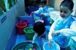 Para peserta didik TK Negeri Pembina memasukkan air ke dalam botol saat dilakukan pembelajaran air kepada mereka di taman kanak-kanak yang berlokasi di Manahan, Solo itu, Selasa (16/9/2014). Pembelajaran air tersebut dimaksudkan untuk mengajak para peserta didik mengetahui manfaat-manfaat air dan pengenalan unsur alam. (Septian Ade Mahendra/JIBI/Solopos)